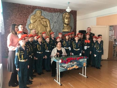 По учёбе и честь. В канун Дня защитника Отечества в одной из школ Пласта открыли «Парту Героя»
