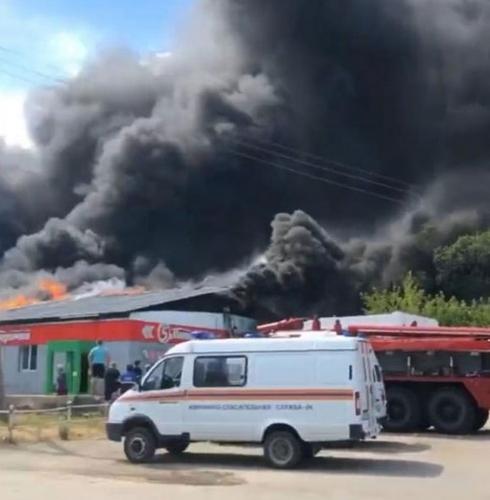 Дым столбом. В Пласте выясняют причины крупного пожара в магазине