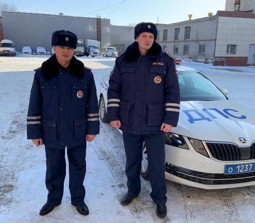 Пришли на выручку. В Пластовском районе дорожный патруль оказал помощь женщине-водителю